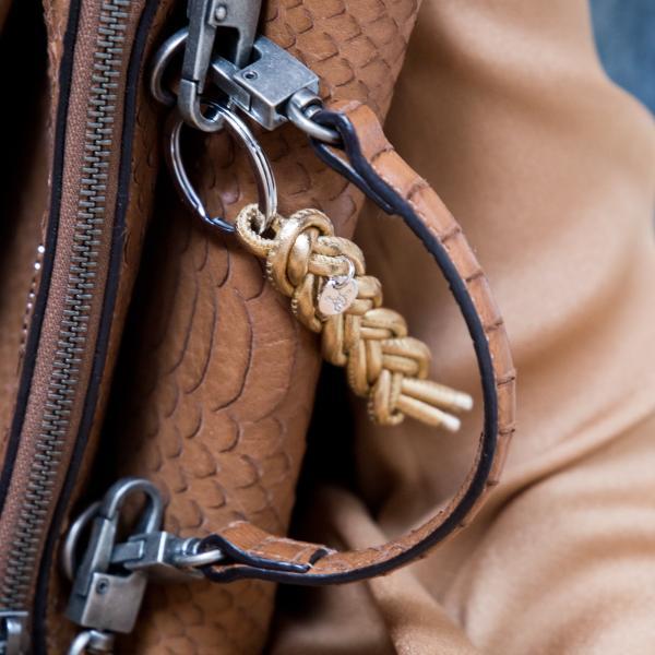 Schlüsselanhänger Luisa in Gold an Handtasche