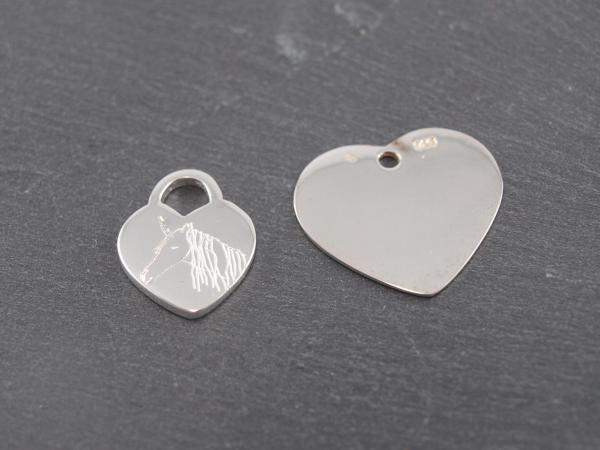 Gravuranhänger aus Silber mit Wunsch Gravur herzen