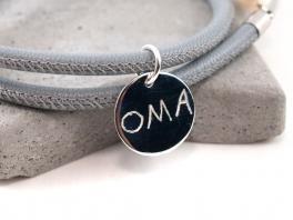 Individueller Gravuranhänger OMA an einem Lederband