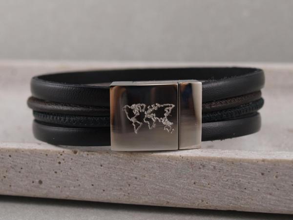 Lederarmband-Felix-in-der-Farbe-schwarz-mit-Edelstahlverschluss-mit-Weltkartengravur.