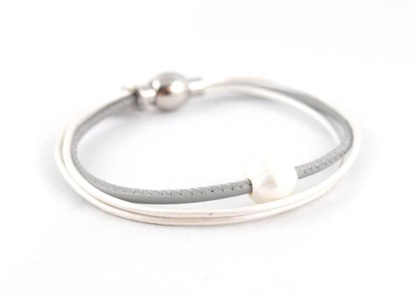 Lederarmband Penelope grau Süsswasserpele Magnetverschluss Nappaleder, Gravur möglich, die Geschenkidee für Frauen.