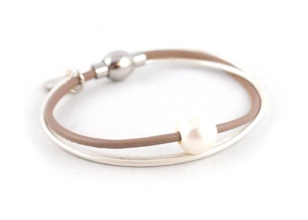 Lederarmband Penelope Süsswasserpele Magnetverschluss Nappaleder, Gravur möglich, die Geschenkidee für Frauen, Farbe Taupe