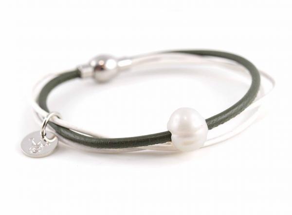 Lederarmband Penelope Süsswasserpele Magnetverschluss Nappaleder, Gravur möglich, die Geschenkidee für Frauen, Farbe Moos Grün