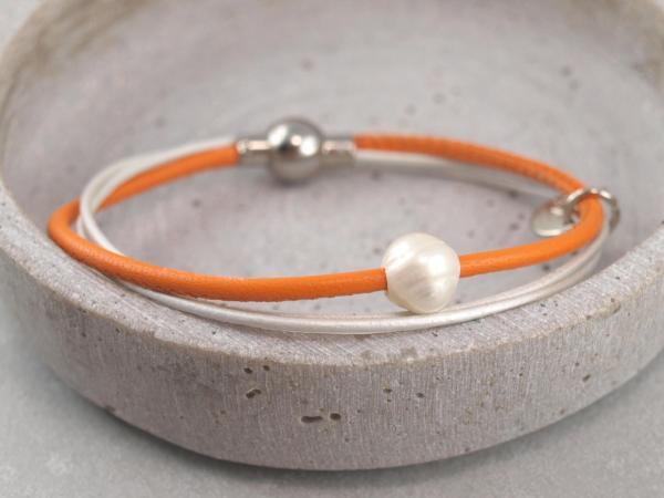 Lederarmband Penelope mit echter Perle in der Farbe Orange