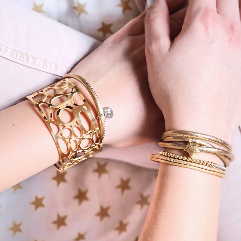 Goldschmuck mit Magnetverschlüssen und goldenem Leder