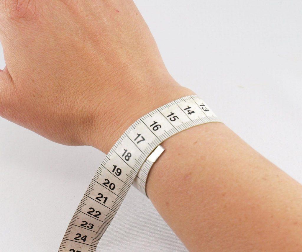 Handgelenk messen um Armbandgröße zu bestimmen