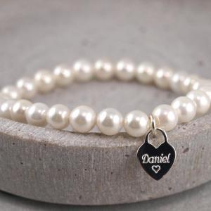 Armband aus Perlen mit Herzanhaenger Gravur Option Geschenkidee