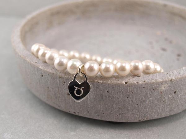 Perlenarmband mit silbernem Anhaenger Herz Gravur Sternzeichen