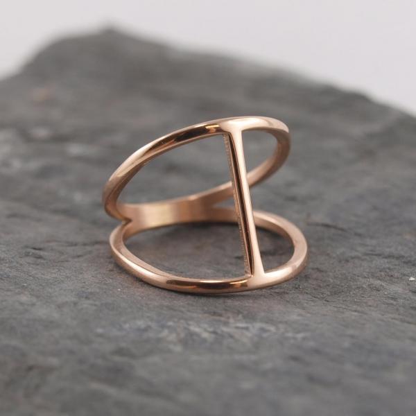Ring aus Edelstahl rosegold mit Steg auf Schiefer
