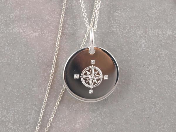 Silberanhaenger rund 16 mm mit Kompass Gravur