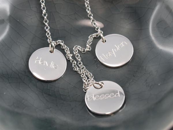 Familienkette mit gravierten Namen auf Gravuranhängern