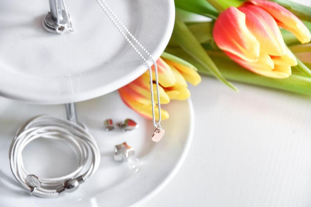 Geschenkideen für Frauen zu besonderen Anlässen. Schmuckstücke mit Gravuren