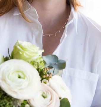 Silberkette mit kleine Plättchen halsnah silber