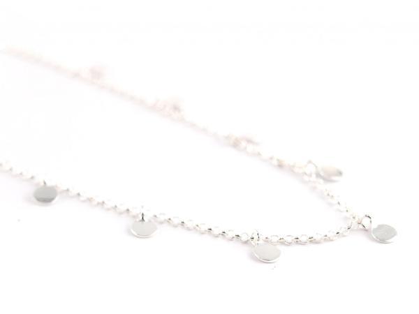 Silberkette mit kleine Plaettchen halsnah silber