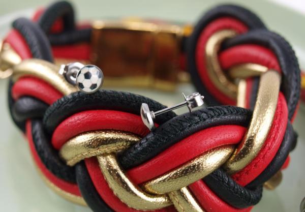 WM Armband Maxi schwarz rot gold mit Fussball ohrstecker edelstahl fuer allergiker