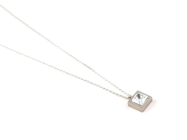 Halskette aus Edelstahl mit quadratischem Anhaenger silber