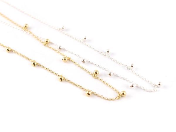 Silberkette mit hängenden Kügelchen