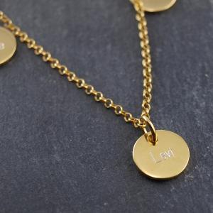 Familienkette in Gold mit runden Anhaengern