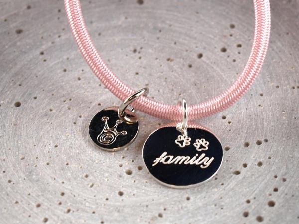 Elastisches Armband mit Gravuranhaenger Silber 16 mm rund, rosa familiy Hundepfote Gravur