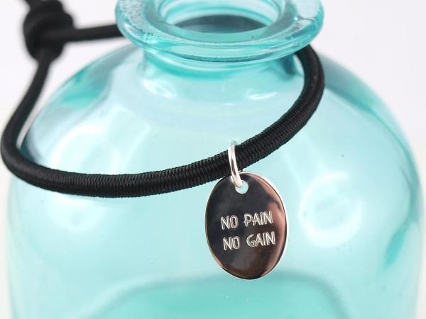 Elastisches Armband mit Gravuranhaenger Silber oval schwarz no pain no gain motivationsarmband