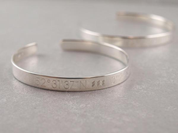 Silberne Armspangen Armreif mit Gravur Koordinaten Symbole Geschenkidee