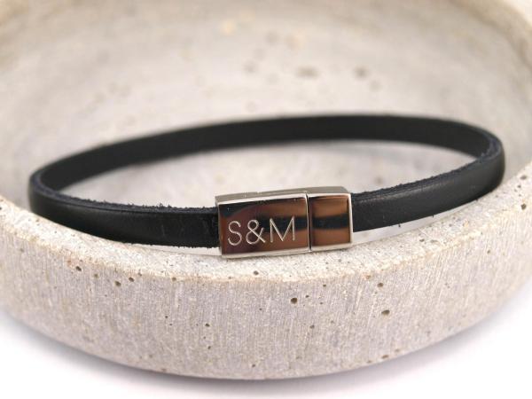 Nici schwarz schmales Lederarmband mit Gravur auf Magnetverschluss Edelstahl