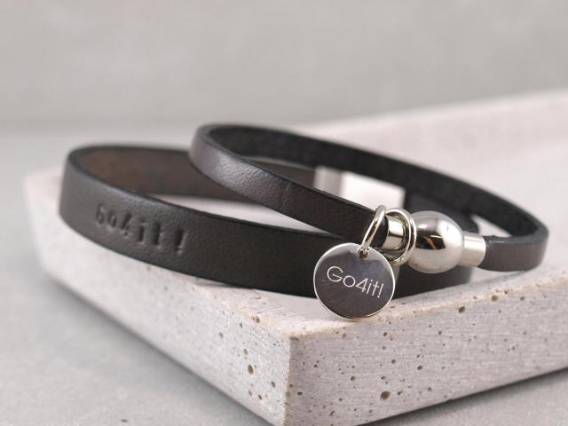 """Lederarmband mit Motivationsspuch """"Go4it""""! auf das Ledergeprägt oder Gravur auf Silberanhänger"""