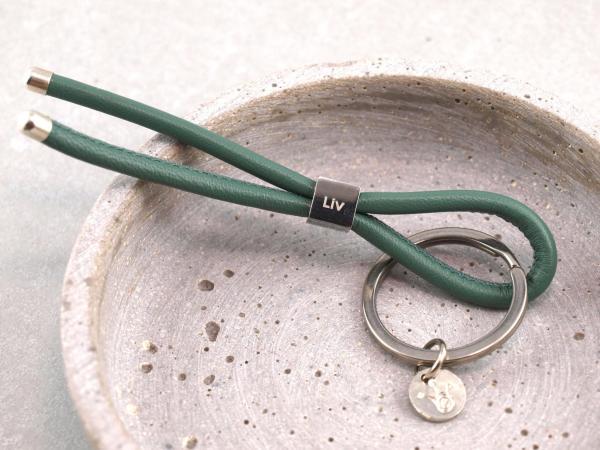 Schluesselanhaenger Nappaleder mit Edelstahlwürfel gravierbar salbei