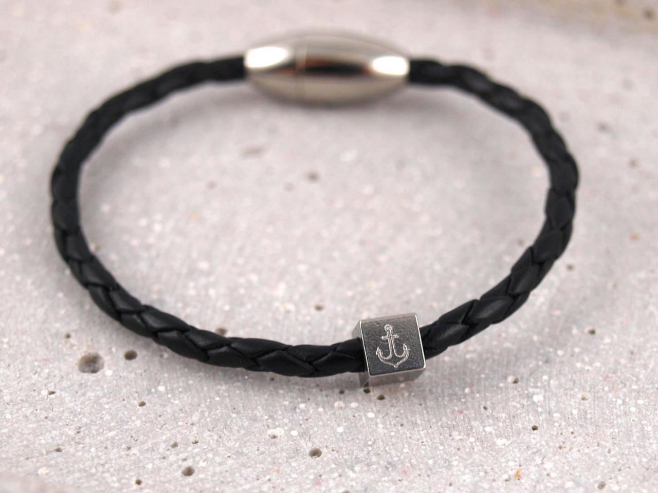 Leo schmales Lederarmband geflochten Gravur Wuerfel Magnetverschluss schwarz mit Anker