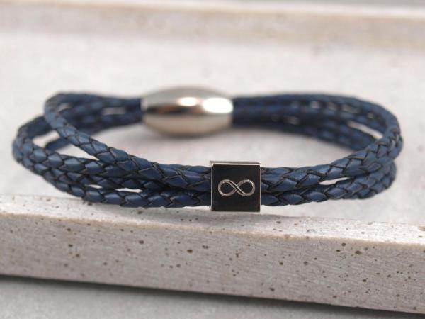 Eden Lederarmband aus geflochtenen Straengen mit Gravur-Wuerfel blau