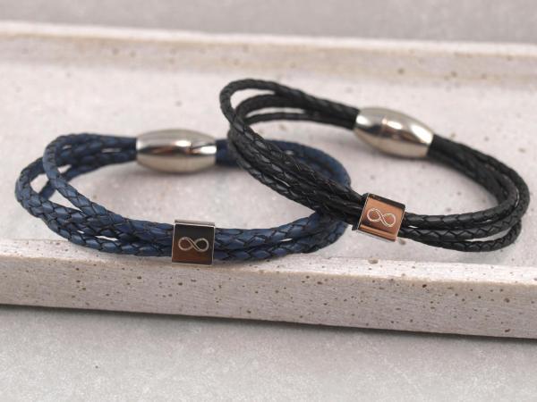 Eden Lederarmband aus geflochtenen Straengen mit Gravur-Wuerfel blau und schwarz Partneramband
