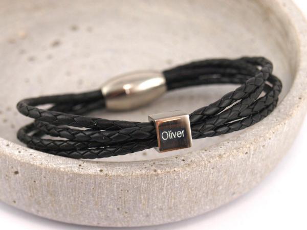 Eden Lederarmband aus geflochtenen Straengen mit Gravur und Magnetverschluss schwarz