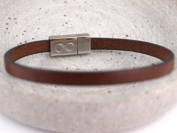 Paula schmales Lederarband braun mit Gravur Infinity Unendlichkeit auf Edelstahl Magnet Verschluss