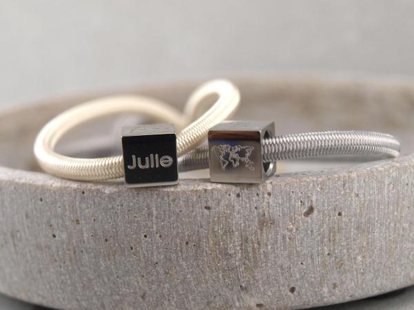 Elastisches Armband mit Gravur Edelstahl Würfel und 925er Silber elfenbein und hellgrau