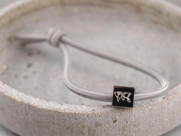Elastisches Armband mit Gravur Edelstahl Würfel und 925er Silber hellgrau