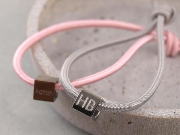 Elastisches Armband mit Gravur Edelstahl Würfel und 925er Silber rosa und hellgrau