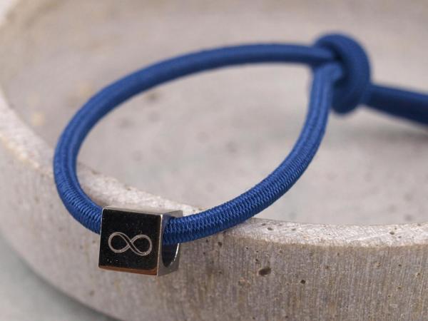 Elastisches Armband mit Gravur Edelstahl Würfel und 925er Silber royalblau