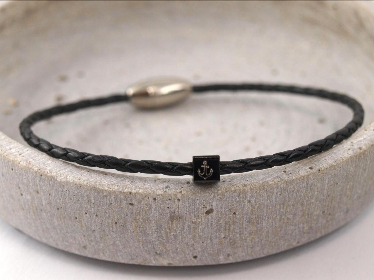 Leo schmales Lederarmband geflochten Gravur Wuerfel Magnetverschluss schwarz mit Anker schwarz