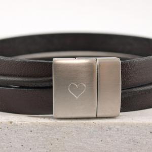 Maxime breites Lederarmband mit personalisierbaren Riemen Nappa Wunschtext Gravur Herz auf Verschluss Magnet dunkelbraun