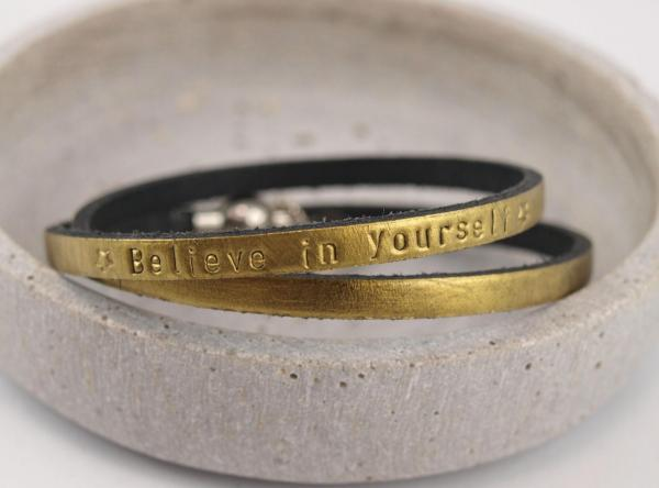 Nici II. Lederarmband Gravur Wunschtext in Gold - Believe in yourself Motivation Geschenkidee
