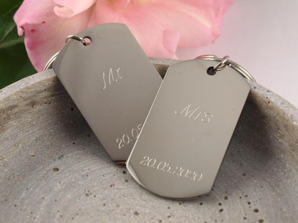 Persoenliches-Hochzeitsgeschenk-Schluesselanhaenger-mit-Gravur-