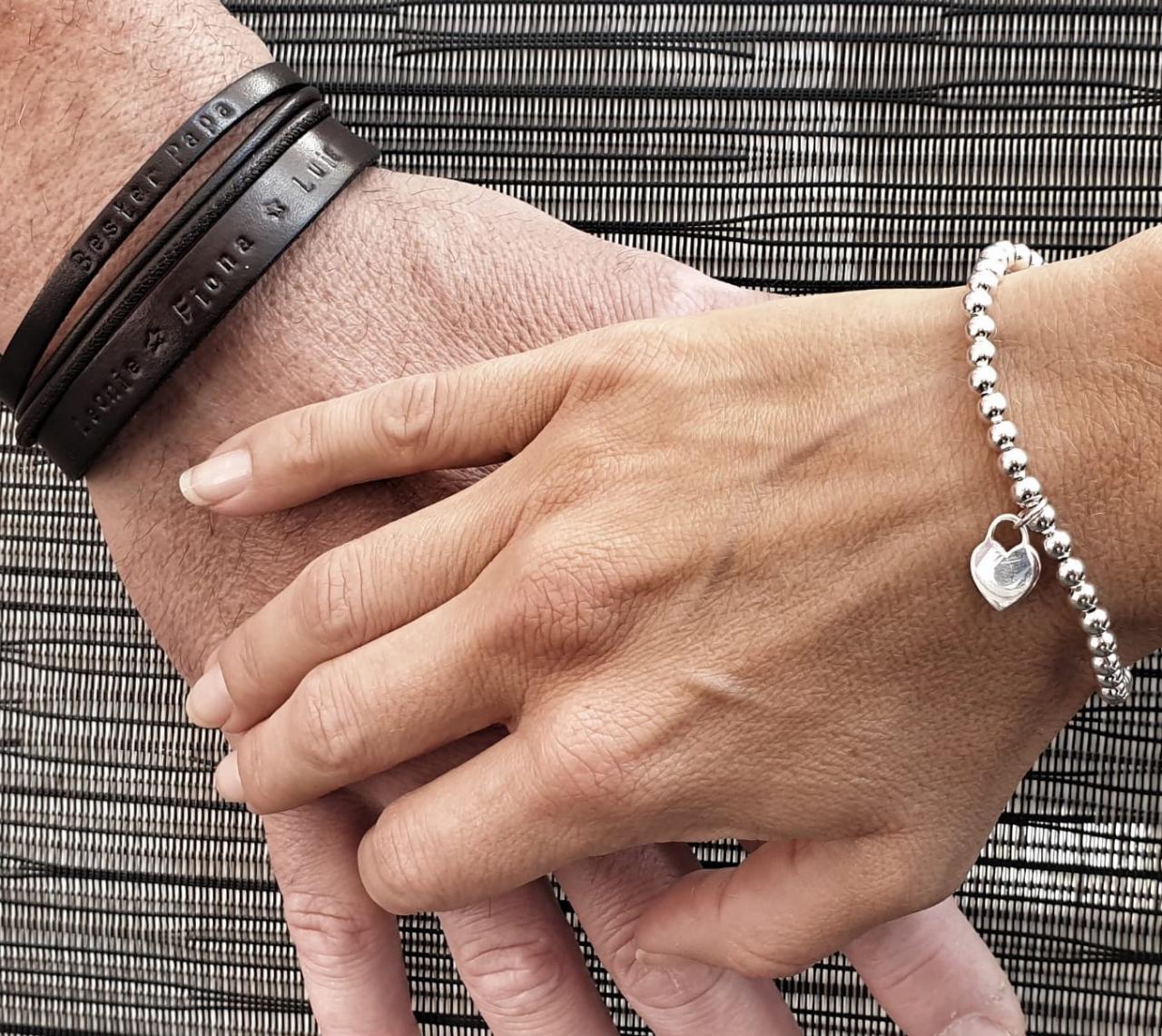 Partnerarmband mit Wunschtext und Gravur als Zeichen der Zusammengehoerigkeit, die persönliche Geschenkidee