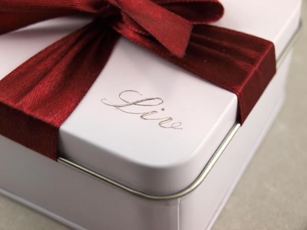 Geschenkdose mit Gravur und roter Schleife Schmuckkistchen das Geschenk individuell verpackt