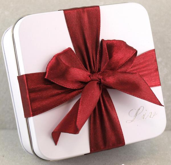 Geschenkdose mit Namens Gravur und roter Schleife Schmuckkistchen das Geschenk individuell verpackt
