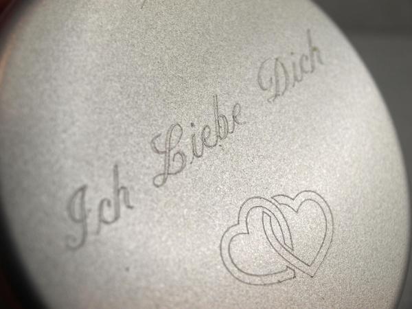 Runde Geschenkdose mit Gravur Ich Liebe Dich und Herzchen Schmuckkistchen das Geschenk individuell verpackt