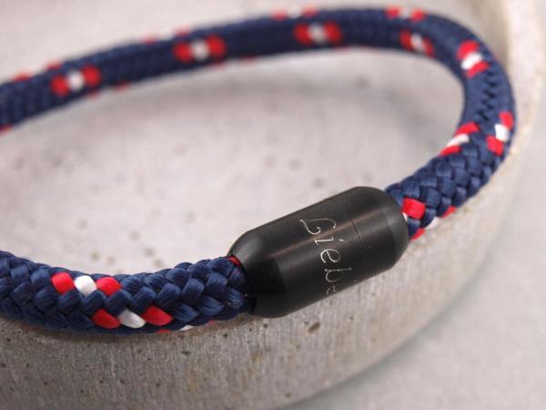 Segeltauarmband Ari mit Gravur auf dem Verschluss die persoenliche Geschenkidee