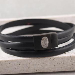 Lederarmband Kim Black Edition mit schwarzem Magnetverschluss Fingerabdruck