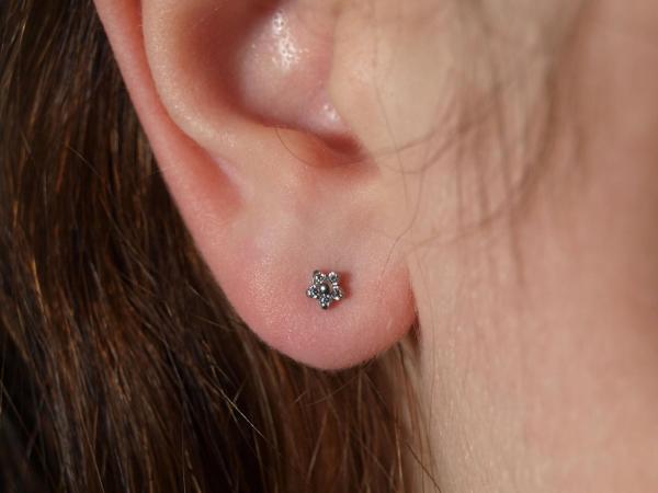 Kleine Kristallblume am Ohr