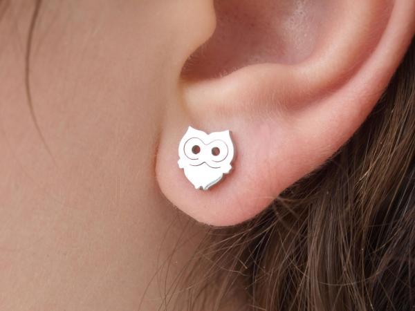 Eulenohrring aus Edelstahl am Ohr