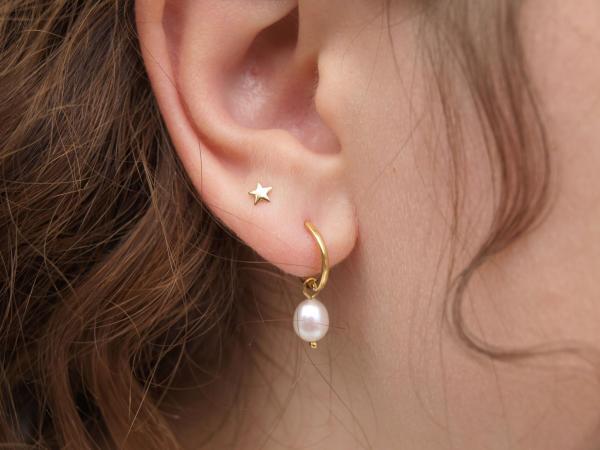 Silberkreole echt vergoldet mit echter Perle und 585er Gold Ohrstecker Stern am Ohr